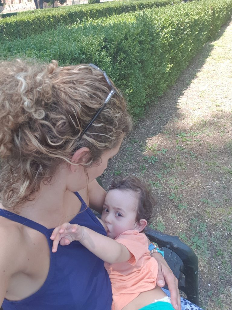 breastfeeding tips from the mama daze - themamadaze.com
